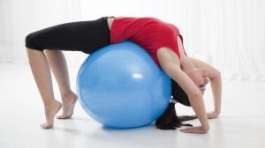 los-ejercicios-para-reforzar-abdominales-piernas-y-gluteos-con-una-pelota-de-fitball